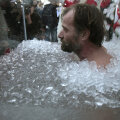 NII ON HEA: Wim Hof on enda nimel hoidnud ka Guinnessi kestvusrekordit jää all ujumises.