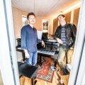 Kristjan Randalu skandinaavialikult helge kodu kroon on keset korterit asuv helisummutusega stuudioruum, mis on kavalalt peeglite ja akendega miljöösse sobitatud.