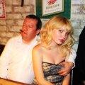 Harry Lahtein ning üks neljast tütarlapsest, kes talle ahistamissüüdistuse esitasid. Fotod olid kaasa pandud anonüümkirjaga, mis Eesti meediaväljaannete toimetustesse jõudis.