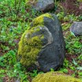 Silmakujund Saaremaa muinasobservatooriumi kivilaevas asuva kivirahnu lõunapoolsel küljel. Kumbagi kujundit, nii silma kui kolmnurka, on ilmselgelt järele aidatud, et nad kivi pinnast paremini eristuksid.