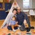 """Lucky Laika loojad Olivia ja Tarieli oma kodus indiaani telgi juures. Nende laps Mika mängib tihti postikaartidega. """"Kõik praakasjad saab Mika endale mängimiseks."""""""