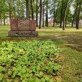 Terroriohvrite ühishauana kirjas olev monument Pärnu Vanapargis