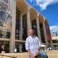 """Ain Angeri sõnul teevad Metropolitan Opera nagu ka teised suured ooperimajad eriliseks just võimalused. """"Ooper on süntees visuaalsest ja helikunstist. Siia on võimalik palgata oma ala professionaalid, et koostöö toimiks."""""""