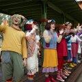 Viimased ja kauneimad hetked Lottemaa rongijaamas, kus kõik osalised kõigile viimastele külalistele laulavad ja tantsivad, kalli ja pai teevad. Justkui oleks laulupeo finaalile sattunud, tunnevad paljud pisarsilmil pargist lahkujad.