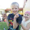 Lihula lapsed Raikko Kanter ja Anu Antsi võivad julgelt naeratada, sest nende hambaingel – arst Charolin Viideman – töötab siinsamas.