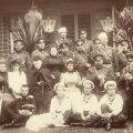 Tsaarisugu Romanov sai nime nähtavasti 16. sajandi lõpus patriarh Filareti vanaisa Romani järgi, siin istuvad Romanovid koos 1892. aastal.