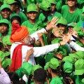 Narendra Modi täna koolilapsi tervitamas.