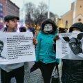 Maskivastaste protestil seisavad plakatid käes ka inimesed, kes on otsustanud siiski maski kanda. Küll aga mitte viiruse pärast, vaid selleks, et mitte töökohta kaotada.