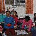 Praegu viibib Alice Nepalis ühes peres, kuhu on lapsendatud 13 orbu, ta õpetab neile inglise keelt.