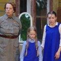 Kadri rolli mängiv Ella Cecilia Claesson (paremal) on tagasihoidliku, kuid ausa peategelase rolli ideaalne. Pildil on ka Ülle Kaljuste ja väikese Sassi rollis Kirke Kallaste.