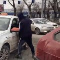 "ВИДЕО | В России таксист-частник разбил окна автомобиля ""Яндекс.Такси"""