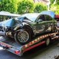 DELFI FOTOD: Uljusega liiale läinud BMW juht sõitis Pärnu kesklinnas vastu puud