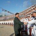 KEISER TEAB, MIDA RIIGIL VAJA: Hiina Rahvavabariigi president Xi Jinping tervitab Hiina lennukikandja Shandong meeskonda.