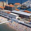 ФОТО   Единственный пляж в Европе, где мужскую и женскую части разделяет высокая стена