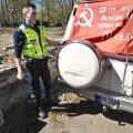 Politseinikud võitsid auto pealt maha nõukogude lipu