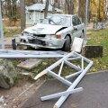 DELFI FOTOD: Kuressaares sõideti laupäeval lossipargi aed kahel korral puruks