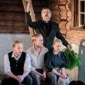 """""""TÖÖ ON ÕIGUS, TÖÖ ON NEEDUS"""": praost Odja (Tõnu Oja) taktikepi alla laulavad (vasakult) Ekke Moor (Pääru Oja), Jaagup Seenepoiss (Kaspar Velberg) ja köögitüdruk Kadi (Külli Teetamm)."""