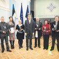 Siseminister Ken-Marti Vaher (keskel) ja siseturvalisuse vabatahtlikke toetanud ettevõtete esindajad. Foto: Andres Nael