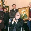 Edgar Savisaar ja Urmas Sõõrumaa annavad ikooni üle