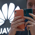 Illustratiivse tähendusega foto Huawei kliendist firma müügikoha juures (Foto: TASS / Scanpix)