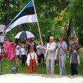 Vallavanem Are valla laulu- ja tantsupeol lippu kandmas