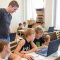 Programmeerimistunnis sai iga laps oma mobiiltelefoni näiteks ise tehtud kalkulaatori äpi. Poisse juhendab Tauno Palts ja äppe uurib ka korraldaja Kristi Kivilo.