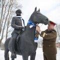 Kindral Riho Terras seob mälestusüritusel salli Johan Laidoner mälestussambale Viljandis