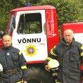 Martti Rumm ja Feliks Paumets oma tuletõrjeauto juures. Foto: Rasmus Toompere