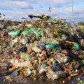 Liigiti kogutud biojäätmed ootavad kompostimist lageda taeva all.
