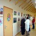 """Heatujuline ja vahva fotonäitus Käru inimestest """"Juured ja tiivad"""" kaunistab mõne nädala jooksul Käru koolimaja koridori. Foto: Eva Seera"""