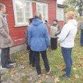 Alar Kotli tütar Anu Kotli huvilistele oma kunagist kodumaja tutvustamas. Ilve Tobrelutsu foto