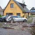 Kaks autot, millele kihutaja otsa sõitis, said tugevasti kahjustada, nagu ka kõrvalhoone otsasein.