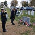 Peaminister asetas pärja John McCaini hauale