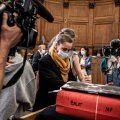 Валери Бако (в желтом шарфе) на суде