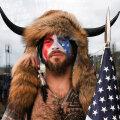 """В США арестовали участников штурма Капитолия, в том числе """"шамана"""" с рогами"""