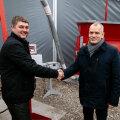MacRebur Eesti juhatuse liige Madis Metsa (vasakul) ja AS TREV-2 Grupp juhatuse esimees Sven Pertens lõid käed, et hakata plastikgraanuleid kasutama TREV-2 ehitatavates teedes.