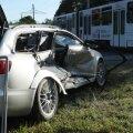 FOTOD   Põhja puiesteel põrkas auto kokku trammiga. Üks inimene viidi haiglasse