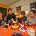 PEREIDÜLL: Marina, Andrei, Oleg ja Darja huviringidest vabal hetkel koduköögis.