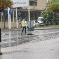 ВИДЕО   Горячие танцы под дождем! Жителей Эстонии рассмешила танцующая регулировщица в Рапла