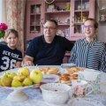 Perepildil on koos (vasakult) Johannes, Eduard, Aimar, Angela ja Rita Lauge oma Orissaare korteri köögilaua taga. Imeilusa korteri kujundas otsast lõpuni Rita ise ning praegu õpib ta Kuressaare Ametikoolis mööbli restaureerimist, et oma oskusi veelgi edasi arendada.
