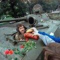 VÕTA PAREM SÜÜA: Lahked moskvalased pakuvad tankistile keeduvorsti ja saia. Pole ime, et riigipööre läbi ei läinud.