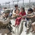 Afganistani põgenikud USA sõduriga