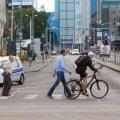 Eesti Päevalehe ajakirjanik ja fotograaf tegid tiiru Tallinna kesklinnas ja rääkisid ratturite ja jalakäijatega, teemaks uus liiklusseadus. Jalgrattur punase tulega Viru keskuse juures teed ületamas.
