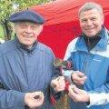 Koos põllumeeste seltsi liikme Hanno Tammega 2012. a Pandivere päeval vastvermitud seltsimaja meenemüntidega