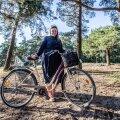 Mari-Anne Härma tuli intervjuule jalgrattaga. Ta armastab mugavaid jalanõusid, rattasõitu ja jalutuskäike.