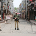 India sõdurid tühjal Kašmiiri tänavad