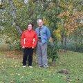 Virve ja Madis Pärn Alu spordimaja ees värviliste lehtede vahel oktoobrikuu esimesel pühapäeval.
