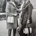 Selline kaherealise jaki ja alt laienevate säärtega pükskostüüm oli aastal 1972 üsna julge moeetteaste. Paremal Irina.