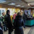 ФОТО: В Литве люди стоят в очередях, чтобы обменять литы на евро