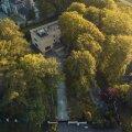ERITI KALLIS: Kollane villa puude vahel.